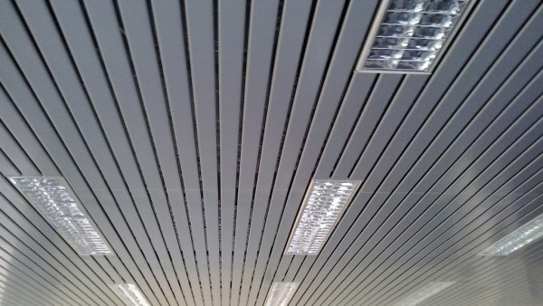 soffitto-doghe-metalliche